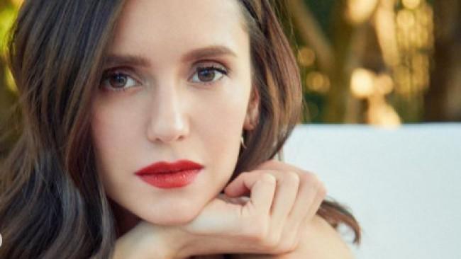 Сияние в червено: Нина Добрев по-секси от всякога с червило на 'Диор'
