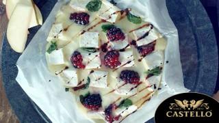 Печено Castello Brie с къпини и мента