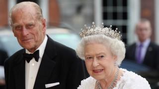 Кралицата се прости с любимия си принц Филип сама и стискайки в ръце ценна снимка