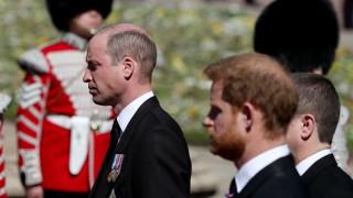 Мистерията е разгадана: Ето какво са си казали Уилям и Хари на погребението на Филип