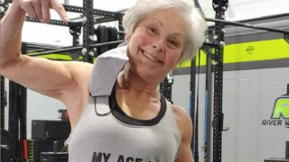 Еха! Тази 71-годишна баба вдига тежести във фитнеса и накара света да онемее