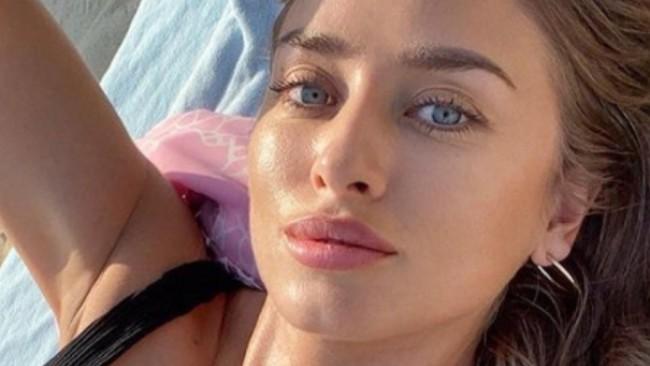 Гореща и елегантна: Саня Борисова се показа по бански от слънчева Гърция