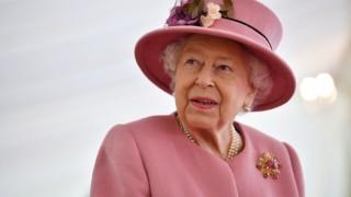 Меган и Хари вбесиха кралицата и тя наруши най-строгото си правило