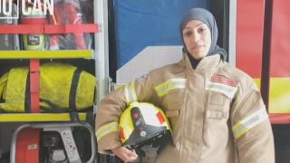 Вълнуващата история на първата жена пожарникар с хиджаб (Снимки и Видео)