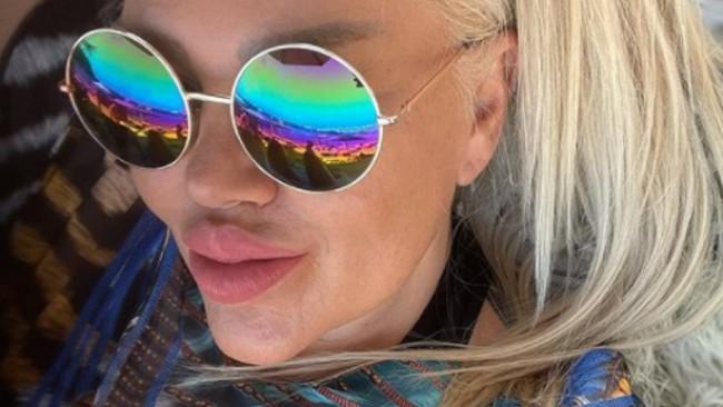 Вижте Ваня Червенкова като Барби в Миконос (снимки)