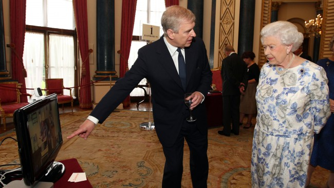 Принц Андрю се крие при кралицата, още не е видял новородената си внучка