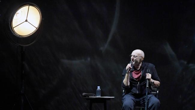 Силата на духа на една легенда: Фил Колинс започна прощалния концерт на Genesis с разклатено здраве