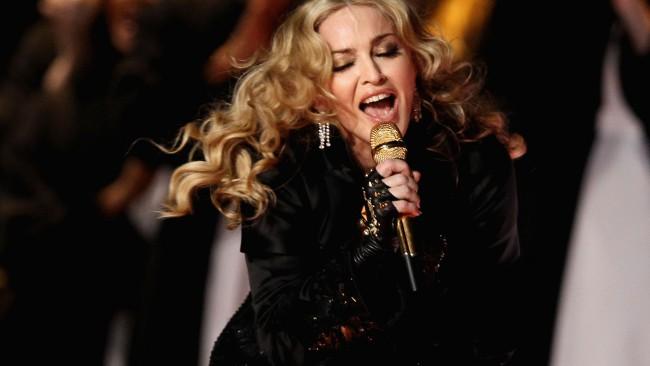 63-годишната Мадона се появи с 27-годишното си гадже на премиерата на концертния си филм по мрежест чорапогащник и секси бюстие