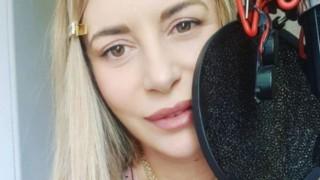 Ваня Щерева - почти гола, само по китара (снимка)