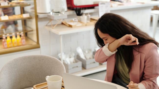 Суха срещу влажна кашлица: Как да ги различите и как да облекчите симптомите си