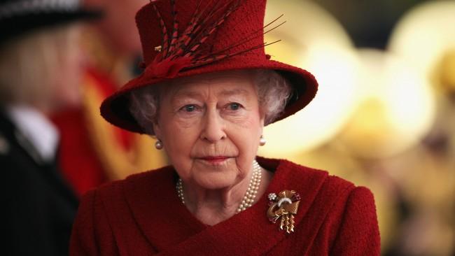 Колко сладко! Кралицата се появи с бастун за първи път на събитие