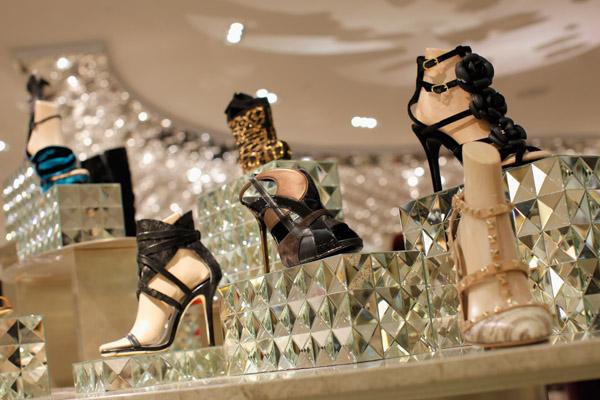 "eef0a315b6e И след гласуване на над 8 000 клиенти на Saks Fifth Avenue за най-секси  токчета бяха обявени кристалните обувки на Christian Louboutin - ""Maralena  ..."