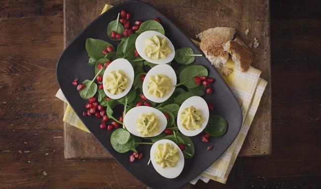 Пролетни яйца със синьо сирене Castello