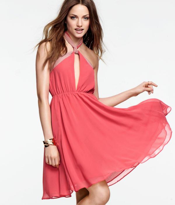 a935e1d5fc9 Моделът за тази фотосесия е британката Emma Maclaren, която ни представя  елегантните облекла.